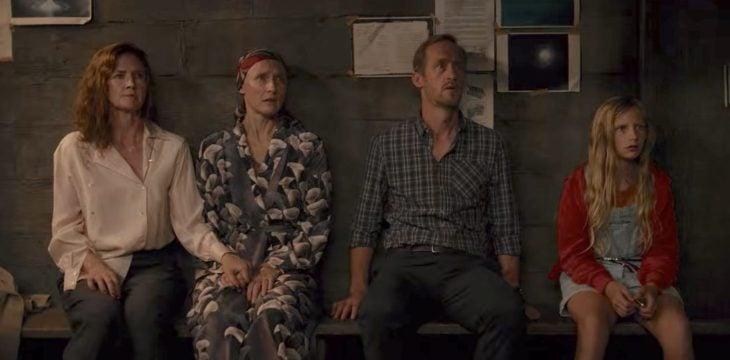 Escena de la serie Drak con la familia Doppler dentro del búnker