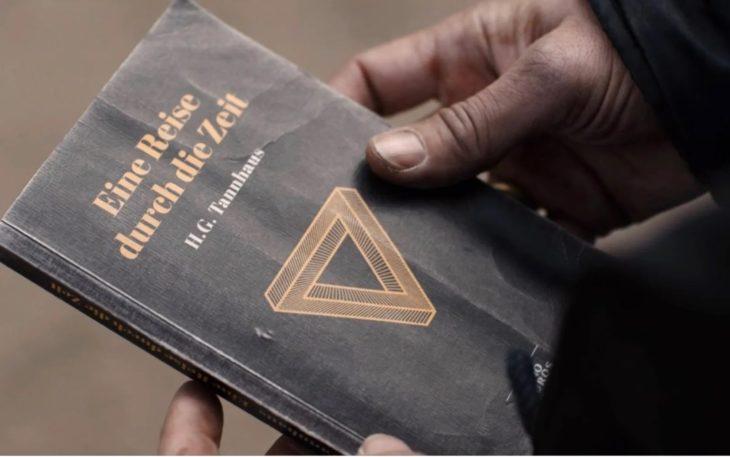 Escena de la serie Dark con Claudia Tiedemann lleva el libro de Tanhauss del futuro al pasado