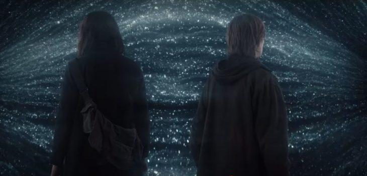 Escena de la serie 'Dark', Martha y Jonas encontrandosé de espaldas en el túnel que une los tres mundos