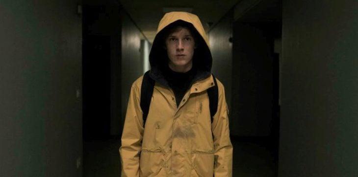 Escena de la serie Dark con Jonas caminando por el camino del hospital de Winden