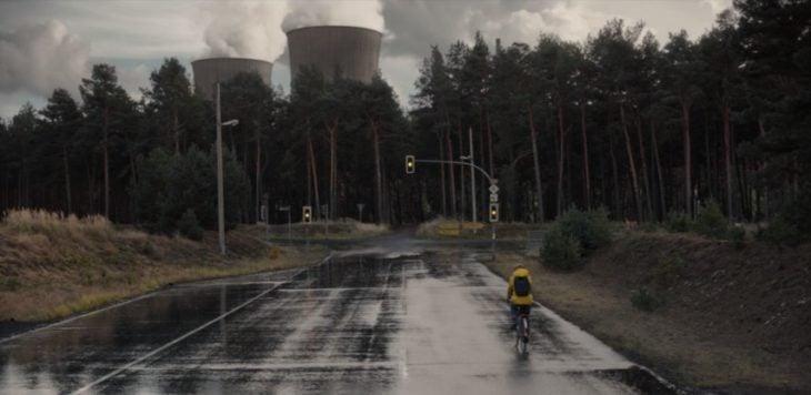Escena de la serie Dark, Jonas paseando en bicicleta cerca de la planta nuclear
