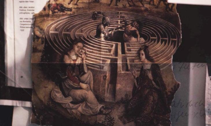 Escena de la serie Dark mostrando un trozo de papel del mito ariadna y el minotauro