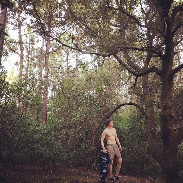 Moritz Jahn, actor alemán en la serie Dark, paseando sin camisa por el bosque