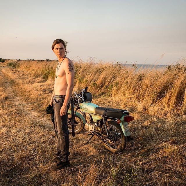 Moritz Jahn, actor alemán en la serie Dark, sin camisa paseando en motocicleta