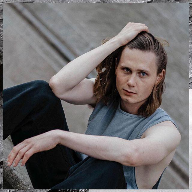 Moritz Jahn, actor alemán en la serie Dark, jugando con su cabello en una sesión de fotos