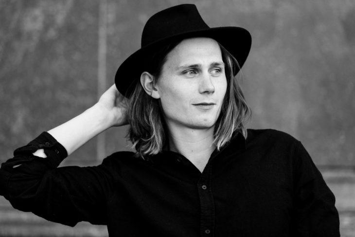 Moritz Jahn, actor alemán en la serie Dark, con sombrero negro
