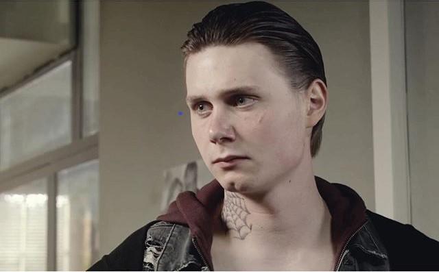 Moritz Jahn, actor alemán en la serie Dark, con estilo rockero y un tatuaje en el cuello