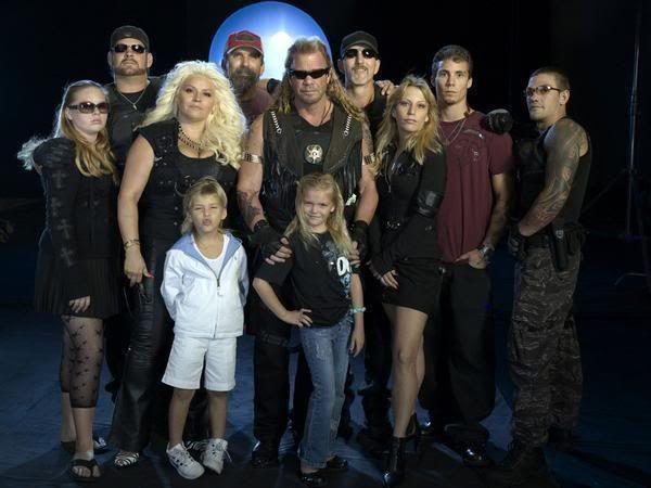 Duane Chapman junto a sus 10 diez hijos para una foto promocional