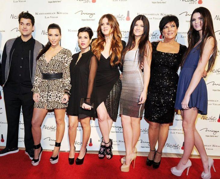 Kris Jenner junto a sus seis hijos en una alfombra roja