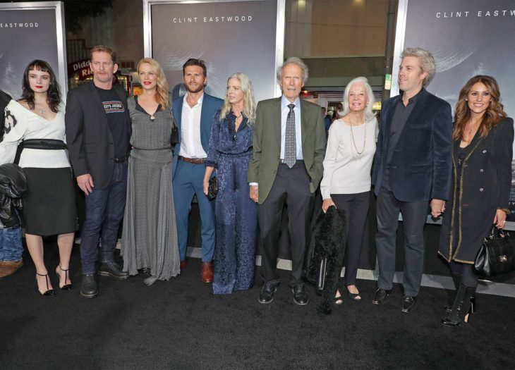 Clint Eastwood junto a sus siete hijos en una alfombra roja