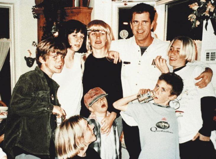 Mel Gibson junto a sus siete hijos
