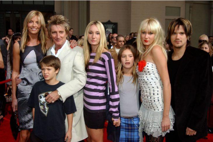 Rod Stewart junto a sus cinco hijos en una alfombra roja