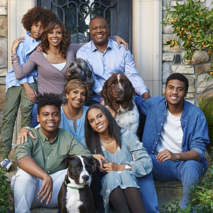 Holly Robinson junto a sus cuatro hijos frente al pórtico de su casa