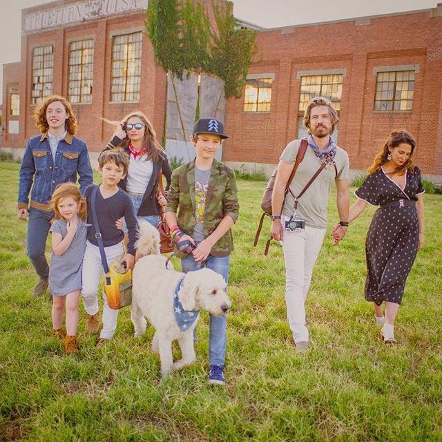 Taylor Hanson junto a sus seis hijos paseando por el campo