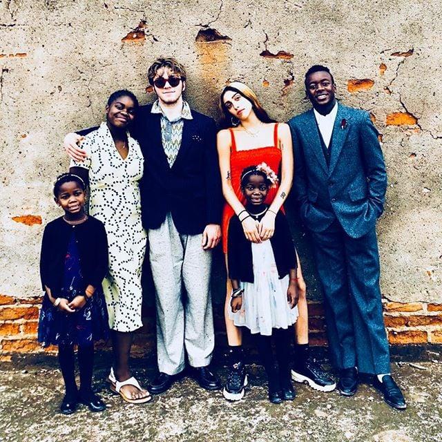 Los seis hijos de Madonna posando para una fotografía