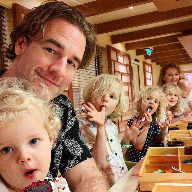 James Van Der Beek junto a sus cinco hijos desayunando