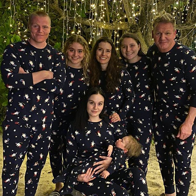 Gordon Ramsay, cheff, junto a sus cinco hijos llevando pijamas a juego