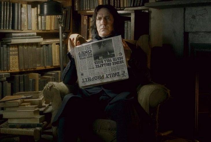 Escena de película de Harry Potter en la que aparece el profesor Snape leyendo el periódico