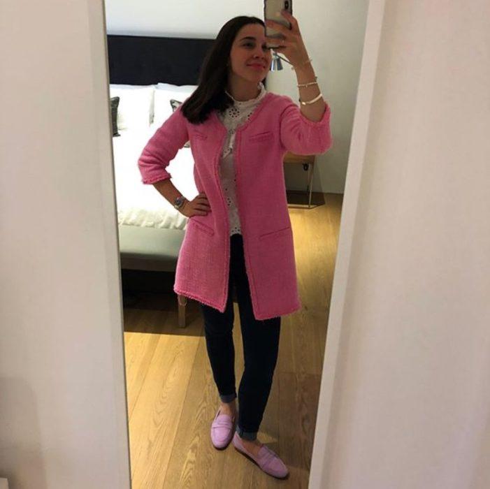 Olivia Jackson usando un saco color rosa chicle