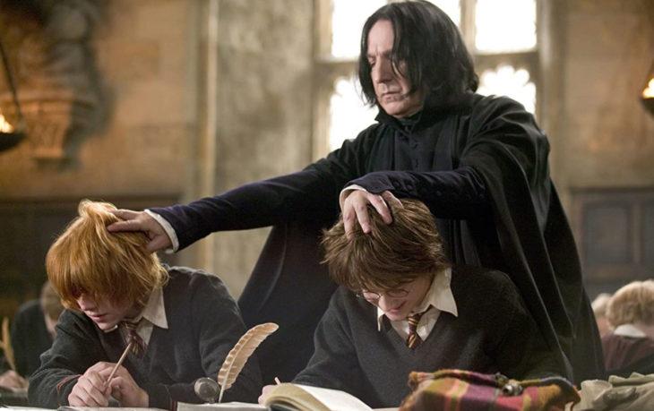 Escena de película de Harry Potter en la que aparece el profesor Snape regañando a Harry y Ron