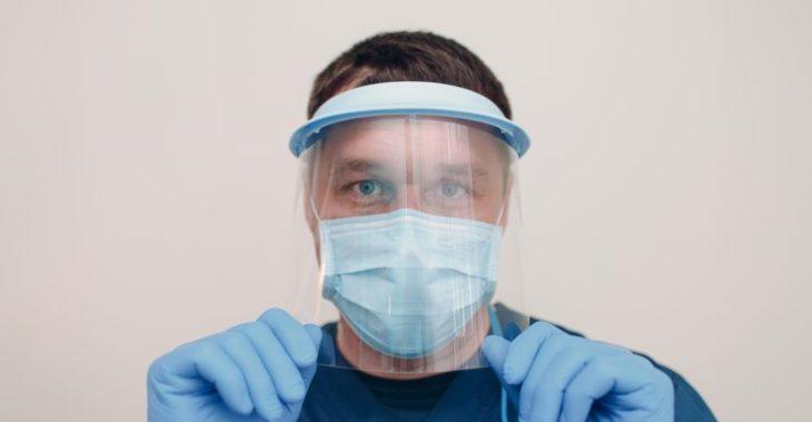 Medico usando cubrebocas y careta