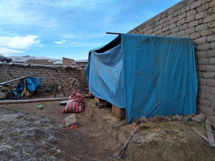 Casa de lona que costruyó Melina para sus hijos y ella