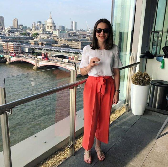 Olivia Jackson usando unos paper pants color rojo/naranja y una blusa color blanco