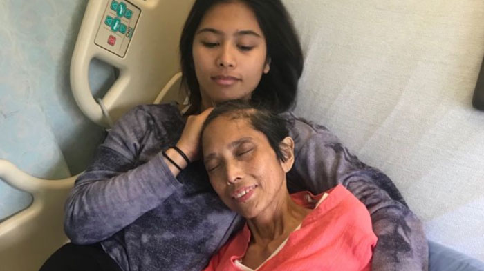 Mara y su madre en el hospital