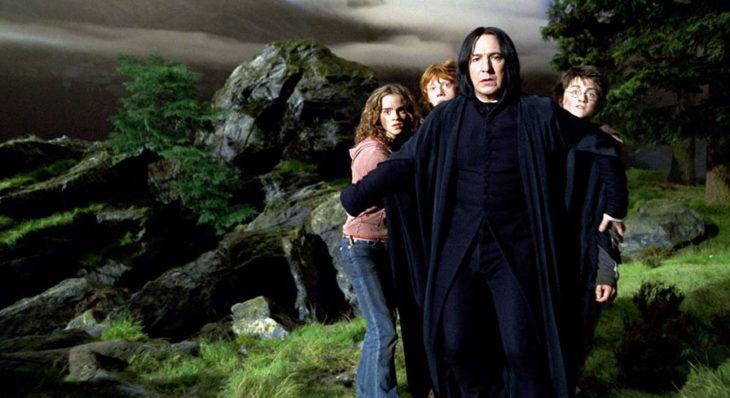 Escena de película de Harry Potter en la que aparece el profesor Snape prtegiendo a Harry, Ron y Hermione