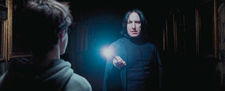 Escena de película de Harry Potter en la que aparece el profesor Snape y Harry por los pasillos del castillo