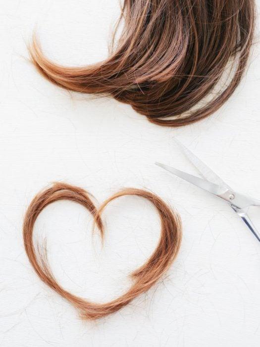 Tijeras de cabello y pelo recién cortado