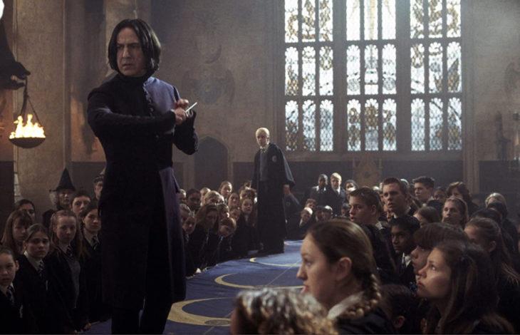 Escena de película de Harry Potter en la que aparece el profesor Snape en la pista de duelo estudiantil