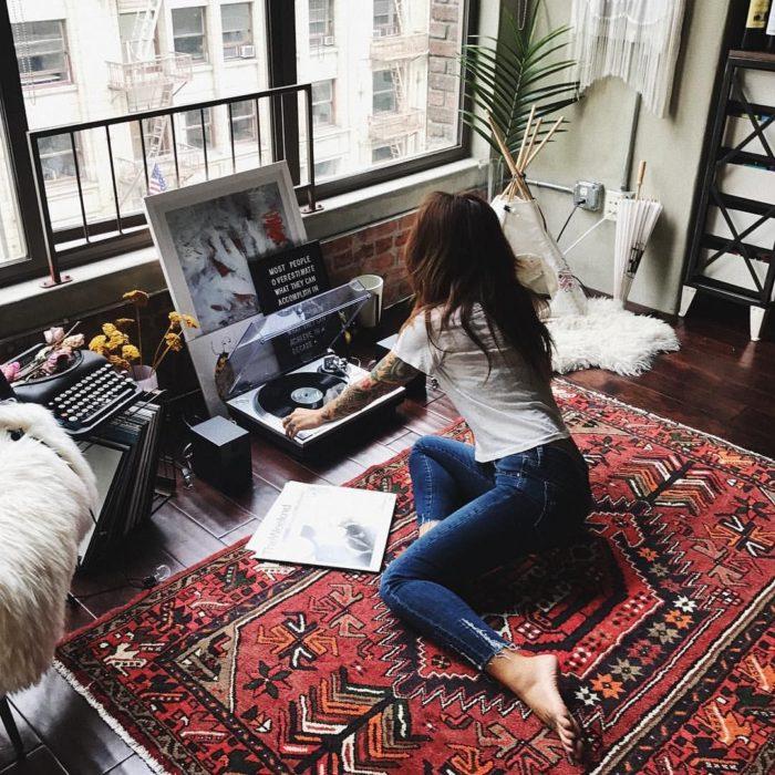 Chica escuchando música en tocadiscos