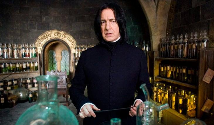 Escena de película de Harry Potter en la que aparece el profesor Snape en su despacho