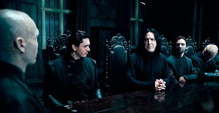 Escena de película de Harry Potter en la que aparece el profesor Snape y Voldemort en una reunión de mortifagos