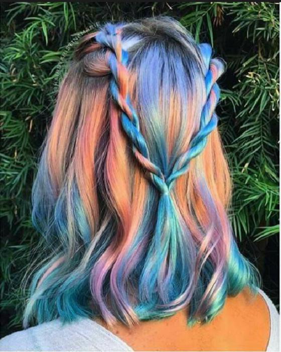 Chica con el cabello pintado de colores fantasía