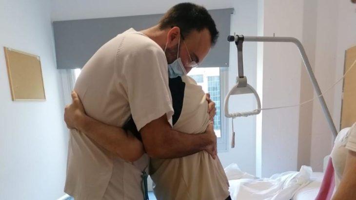 Juan Miguel Martínez abrazando a su enfermero Marc