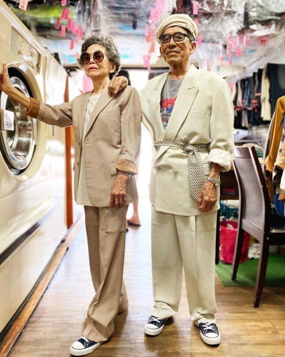 abuelitos llevando trajes sastres a juego con color blanco