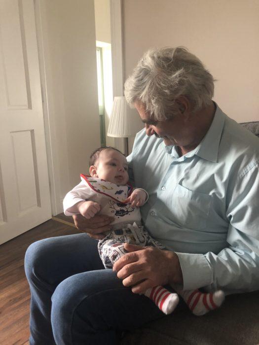 Abuelo cargando a su nieto