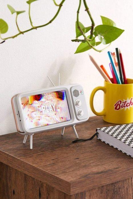 soporte para celular en forma de televisor antiguo