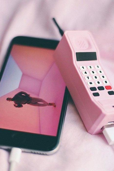 Cargador para celular en forma de teléfono inalambrico