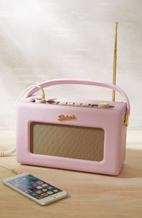 Bocina para celular en forma de radio antigua