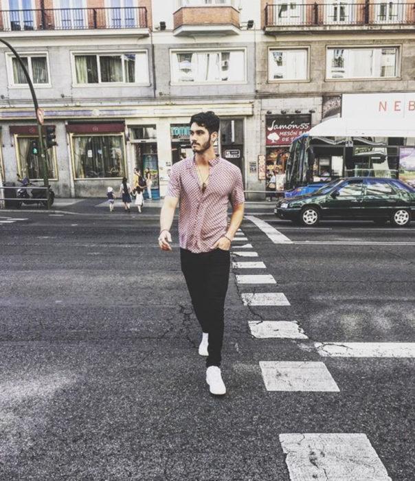 Alejandro Speitzer posando para fotografía, cruzando la calle