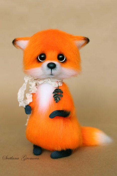 Peluche creado por la artista Svetlana Gromova, zorrito anaranjado con pañoleta al costado