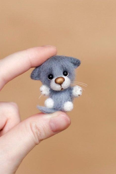 Peluche creado por la artista Svetlana Gromova, gatito miniatura en color gris