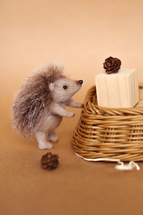 Peluche creado por la artista Svetlana Gromova, puercoespín comiendo queso