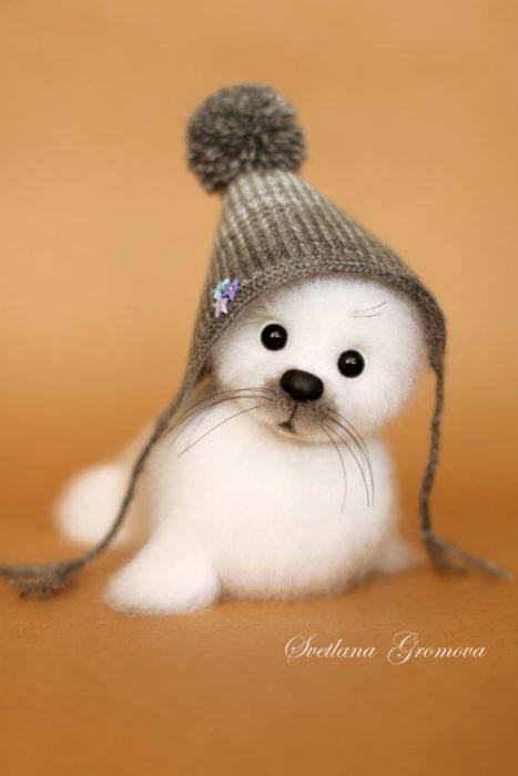 Peluche creado por la artista Svetlana Gromova, foca blanca con gorro gris