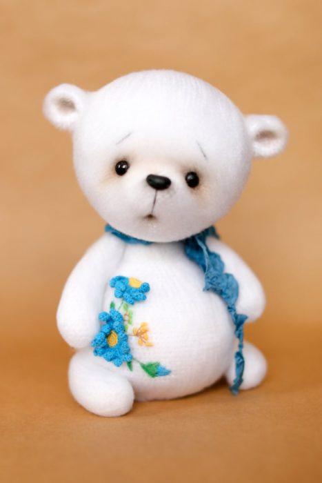 Peluche creado por la artista Svetlana Gromova, oso blanco con decoración de flores azules