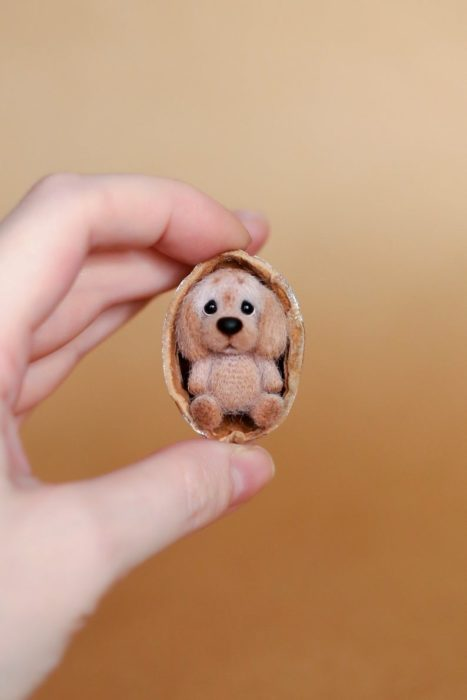 Peluche creado por la artista Svetlana Gromova,perro miniatura al tamaño de una nuez