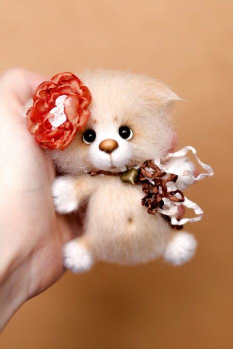 Peluche creado por la artista Svetlana Gromova, gatito miniatura en tono miel